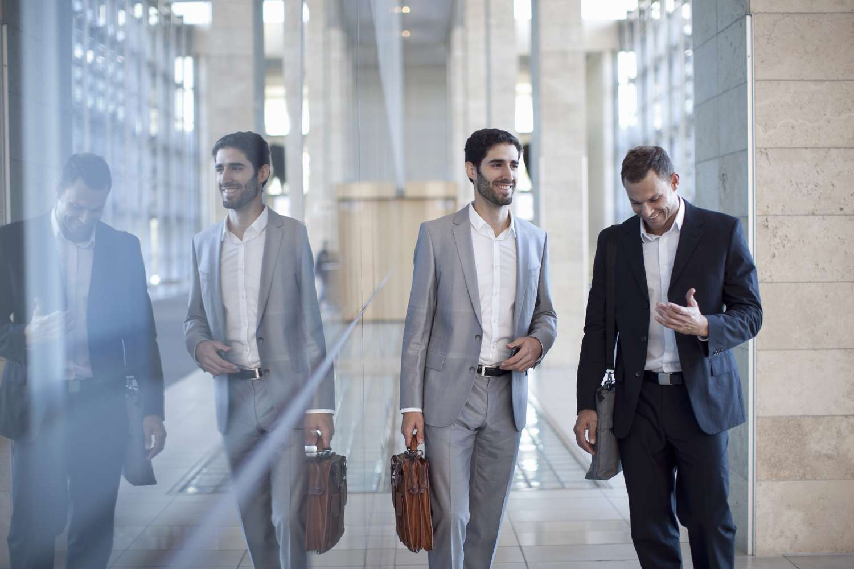 Businessmen discuss data virtualization