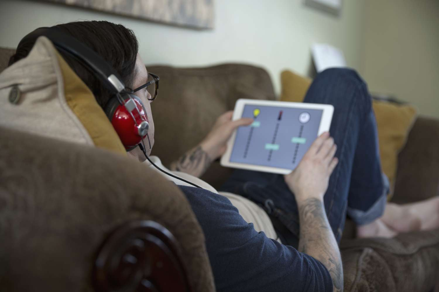 Man enjoys smartphone music thanks to data preparation for streaming data