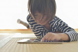 Child plays with iPad thanks to streaming data analytics