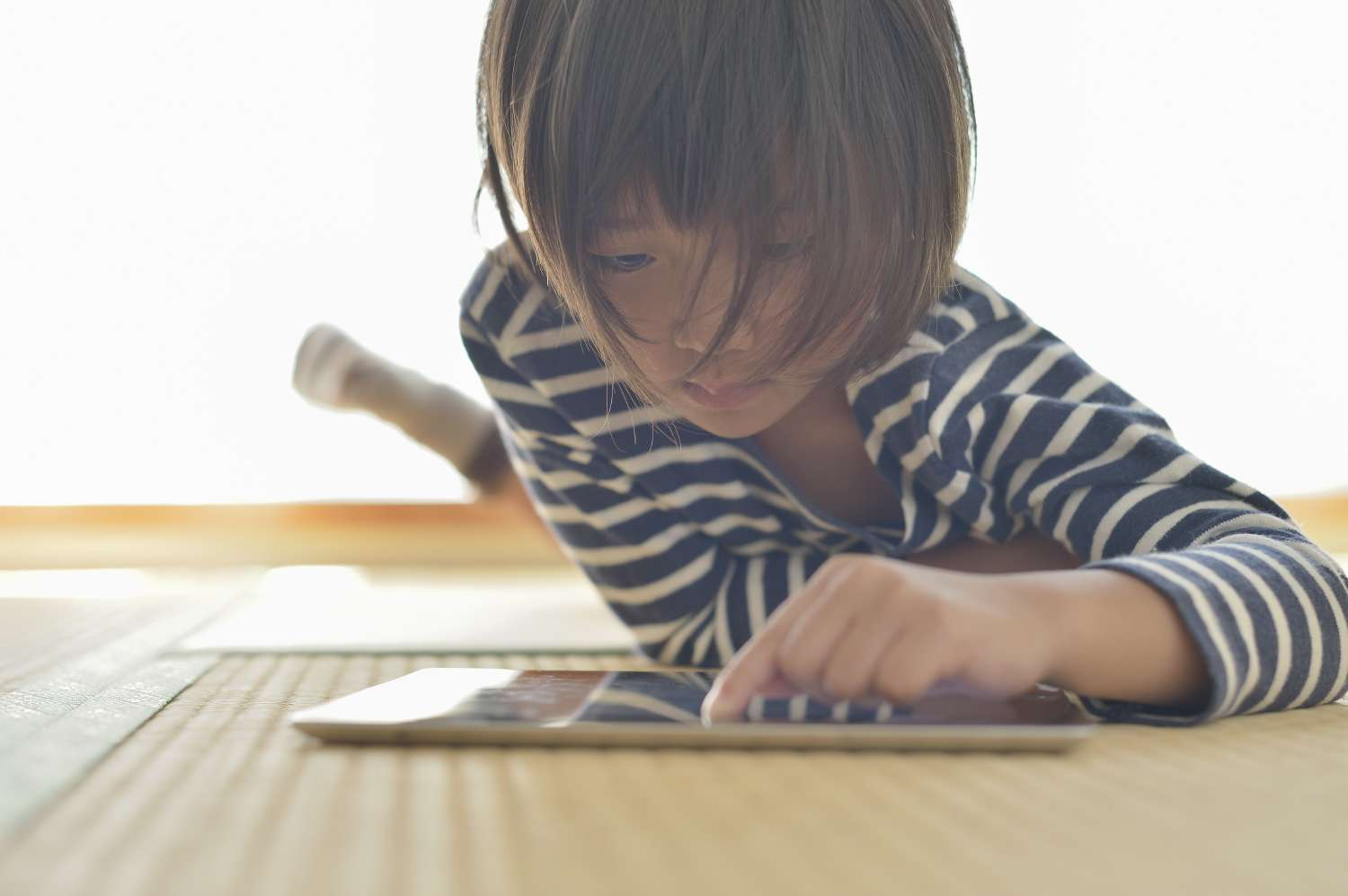 Child plays with digital tablet thanks to streaming data analytics