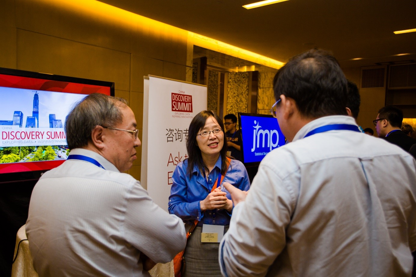 Jianfeng Ding talks with attendees during an Ask the Experts session.